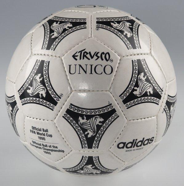 Oficjalna piłka rozgrywek Pucharu Świata we Włoszech z 1990 roku.
